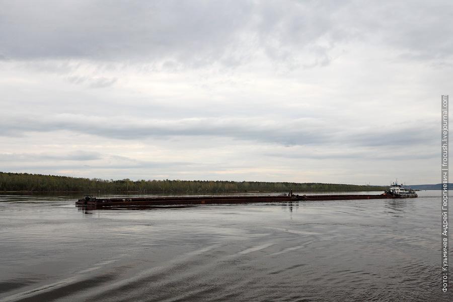11 мая 2013 года 17:53. Река Волга. Между Чебоксарами и Казанью. Буксир-толкач «Тибет» (проект 112, 1963 года постройки) с двумя баржами