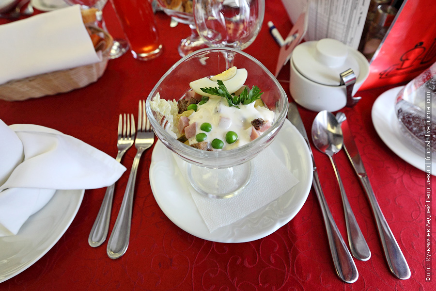 Салат «Русский» с говядиной, ветчиной, картофелем, зеленым горошком, соленым огурцом, яблоком