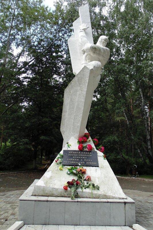Памятник павшим в боях штурманам.