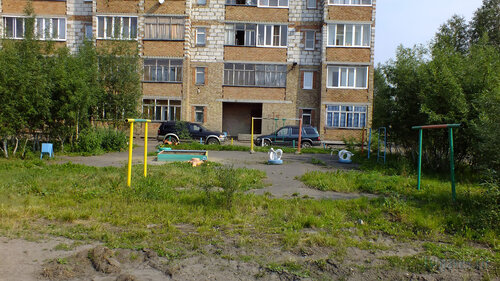 Фото города Инта №5280  Двор дома Заводская 6 25.07.2013_13:40