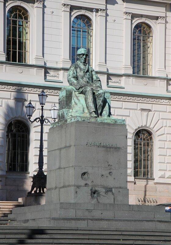 Helsinki. The Bank of Finland, the monument to Johan Snellman (Snellman Johan Vilhelm)