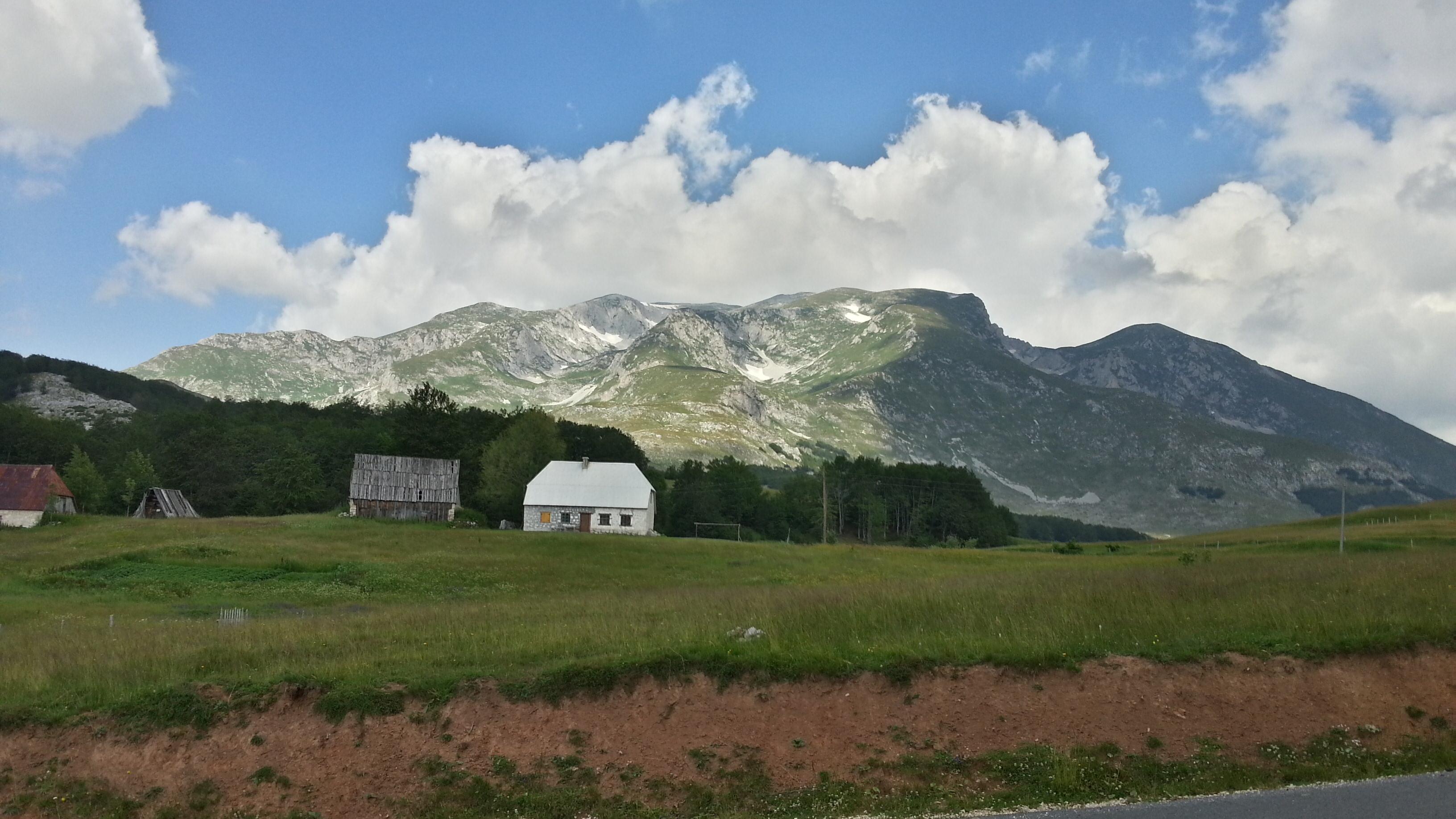Горы, а в некоторых местах и снег.