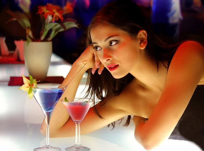 девушка с красным коктейлем