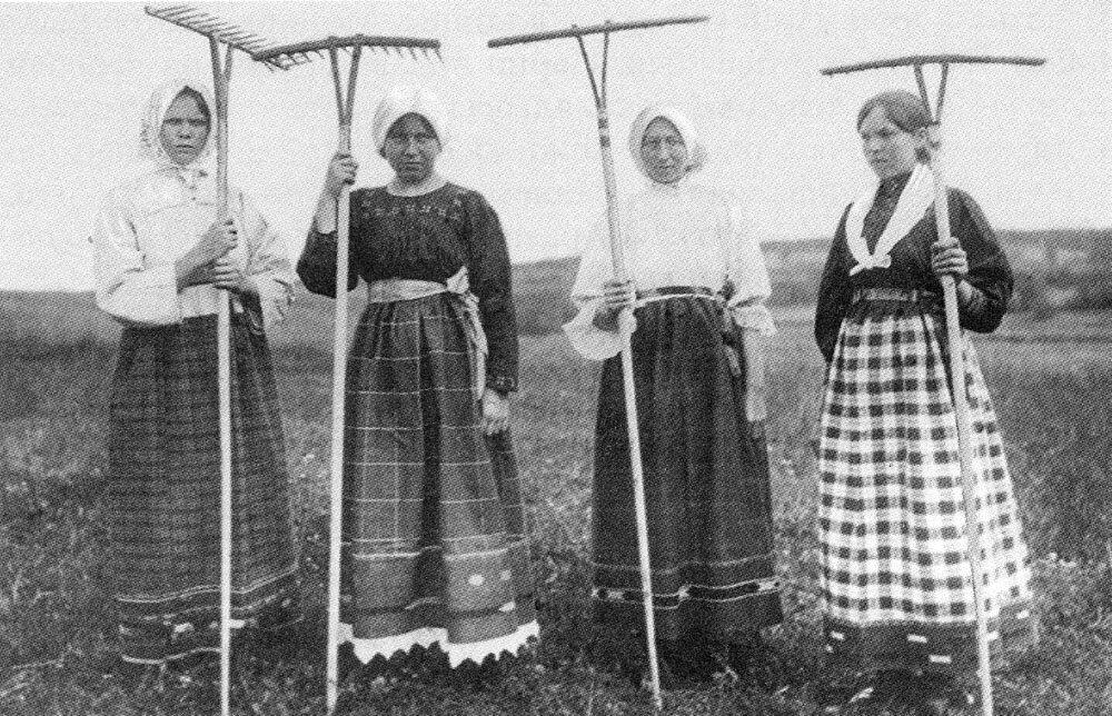 Группа молодых женщин и девушек. Ярославская губ. Фото 1915 г.