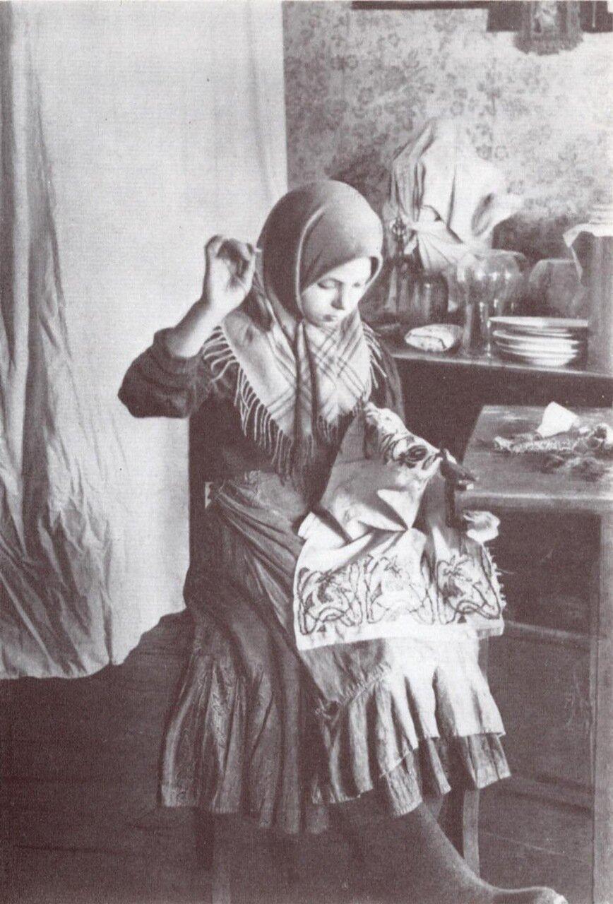 Девочка за вышиванием. Владимирская губ. 1914г.