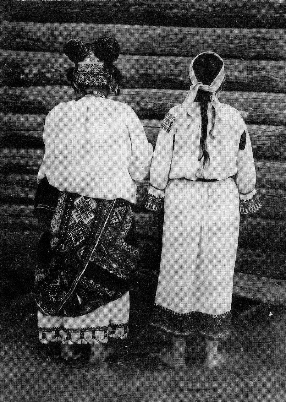 Женщина и девушка в праздничных костюмах. Орловская губ. 1904 г.