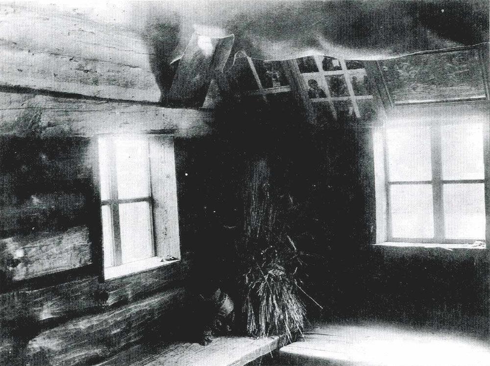 «Красный угол» в избе. В углу – «дожинальный сноп».. Минская губ, Игуменский уезд. 1905
