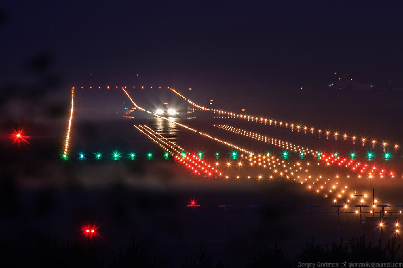 Взлетно посадочная полоса ночью фото 6