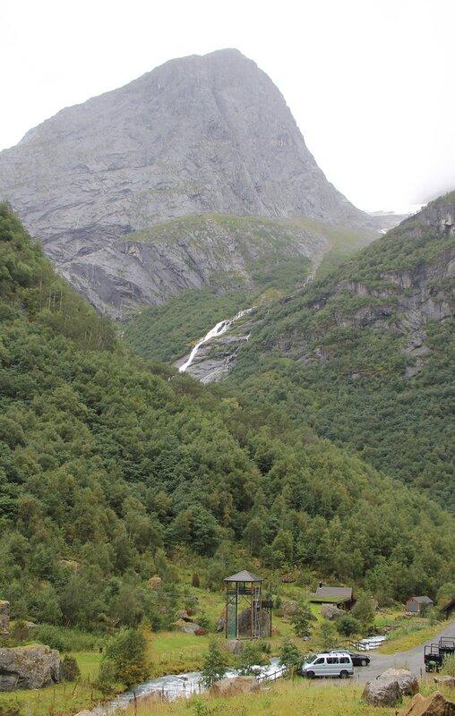 Прогулка к Леднику Бриксдалсбреен. Пик Middagsnibba peak.Walking tour to Briksdalsbreen glacier