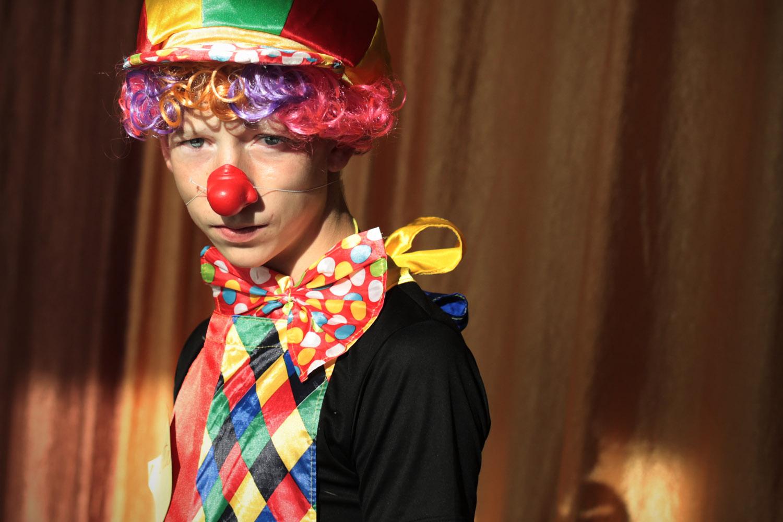 Среди волонтеров особенно выделяются два юноши в костюмах клоунов: это трудные подростки, которые ст