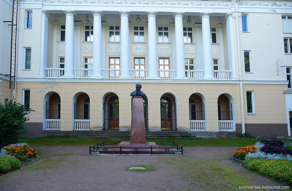 Памятник Ф. Достоевскому.