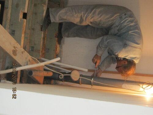 Монтаж стояка канализации. Для надёжности трубу крепим хомутами