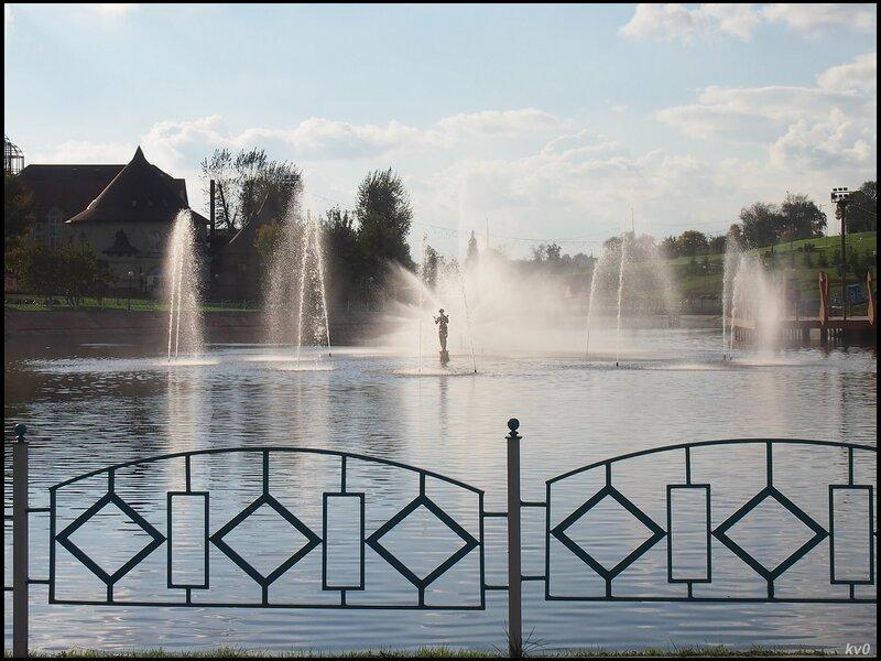 Скульптурная композиция среди фонтанов