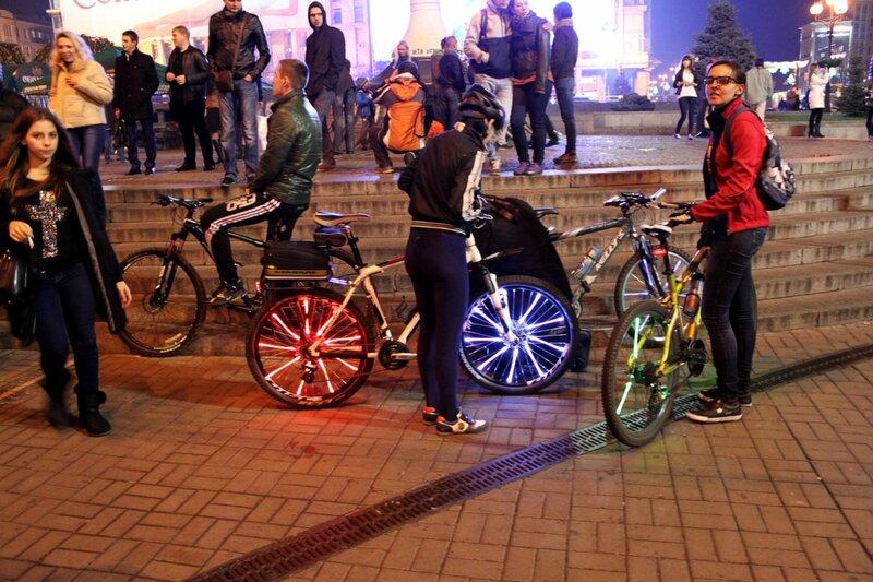 Участницы неонового велопробега