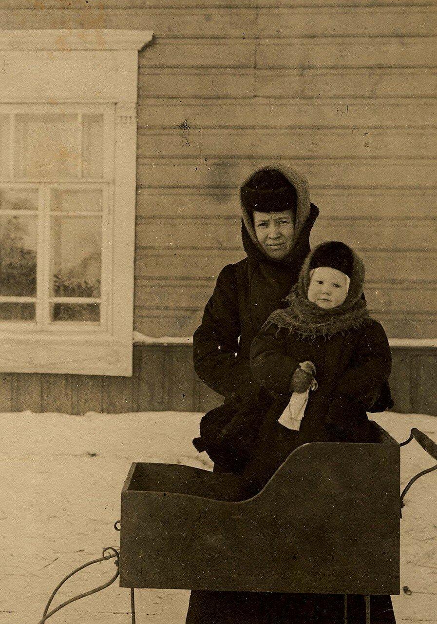Неизвестная женщина с ребенком и коляской на полозьях, 1900-е