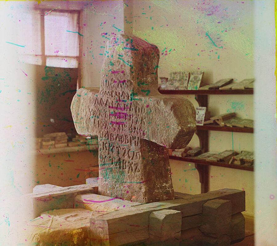Каменный Стерженский крест в Тверском музее. Лето 1910 года