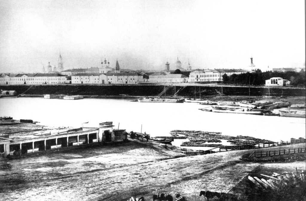 Вид Провиантских магазинов на Волжской набережной и Знаменского переулка от Плашкоутного моста из-за Волги