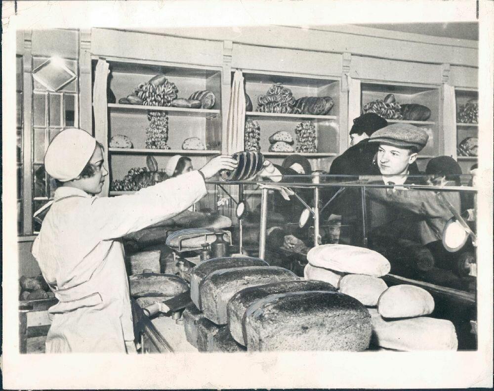 1935. Москва. Человек покупает хлеб без карточек впервые за 12 лет