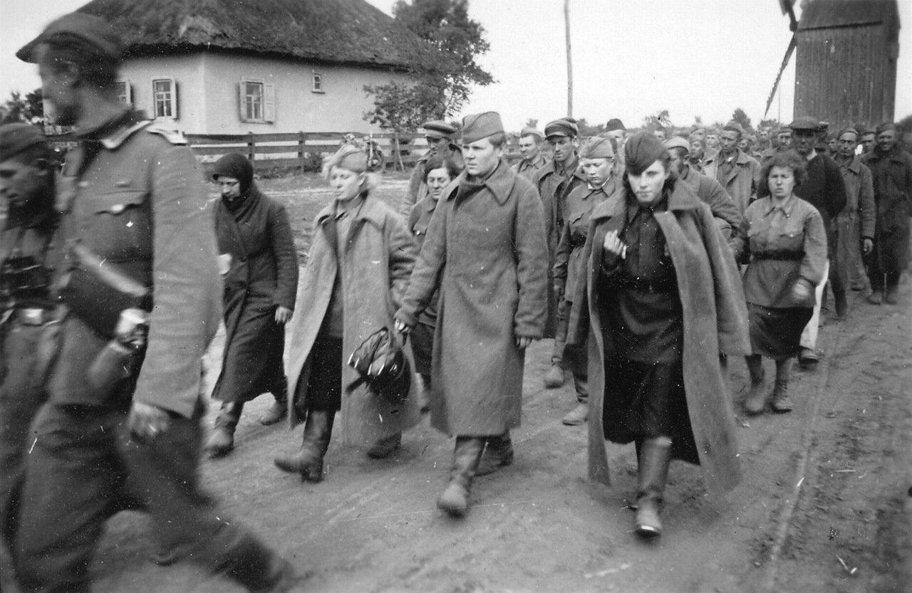 1941. Украина, колонна русских военнопленных включая женщин