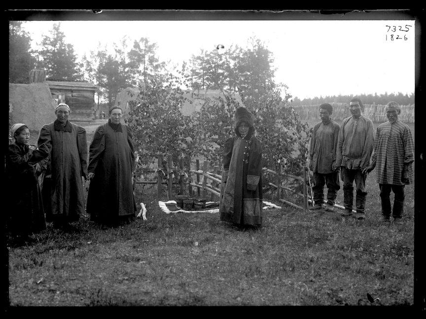 Якутская шаманка с группой людей. 1902