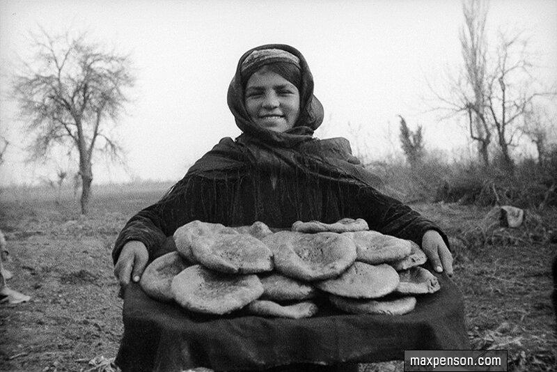 Девушка - узбечка с национальным хлебом (лепёшками) на подносе