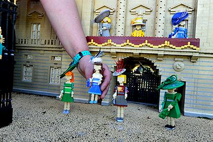Фигурки Lego королевского семейства Великобритании обрели шляпки к скачкам