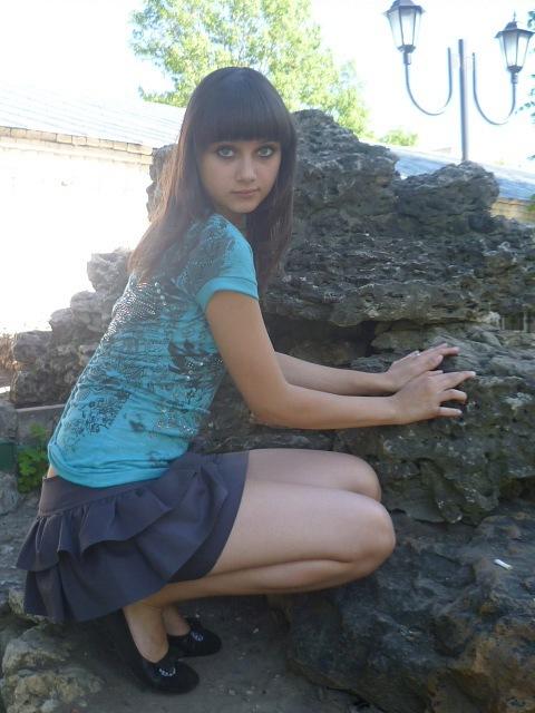девушка в парке в чулках