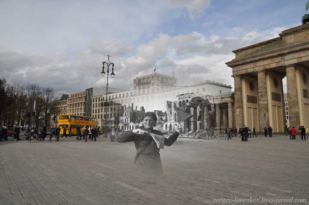 18 Берлин 1945-2010 Регулировщица у Бранденбургских ворот.jpg