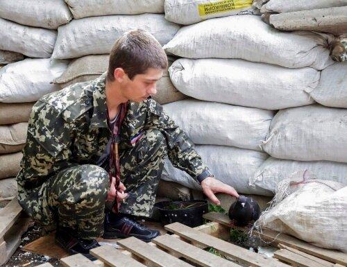 Юный ополченец с голубем в Луганске 13 мая 2014