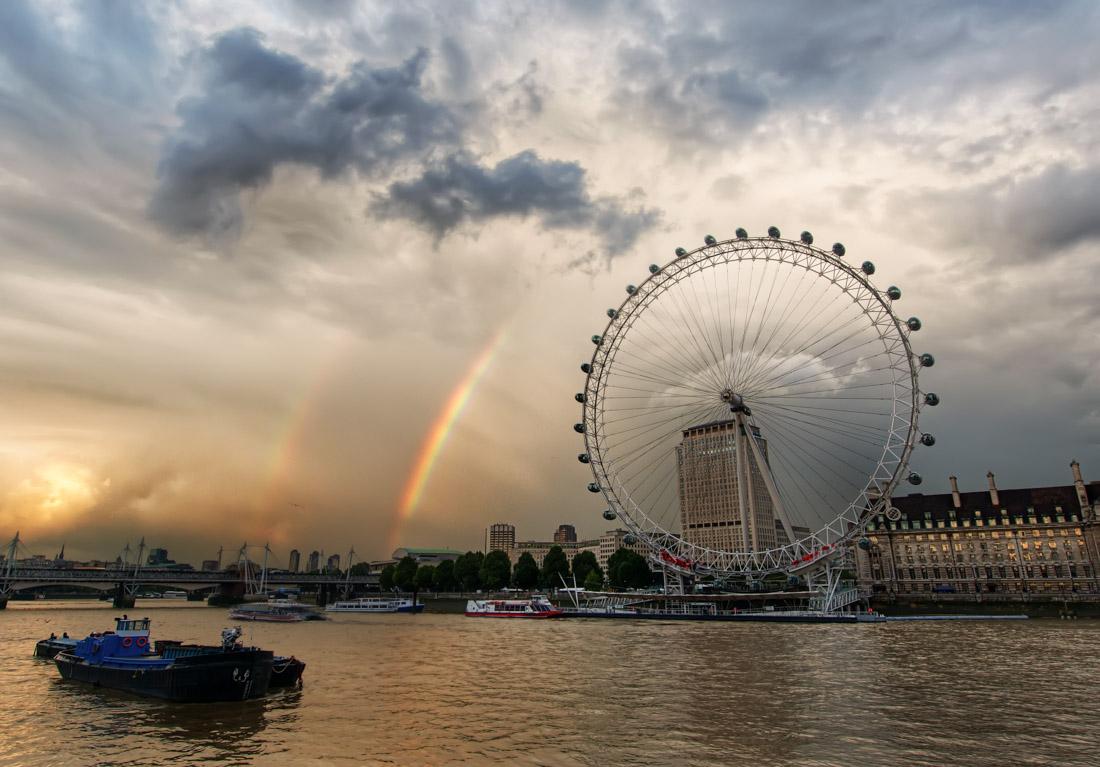 «Лондонский глаз» (Лондон) — одно из самых больших колес обозрения в мире (135метров). Один об