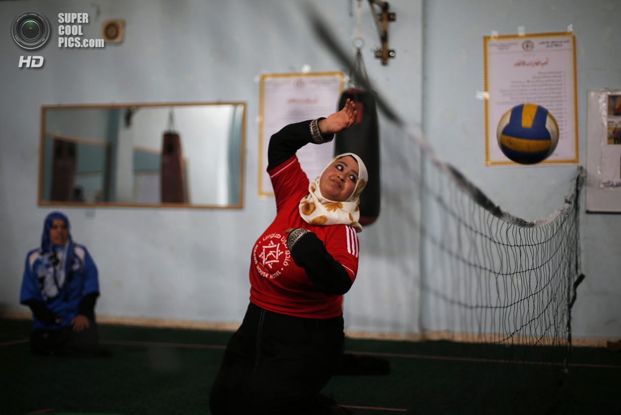 Палестина. Дейр эль-Балах, Газа. 4 июня. Занятия по волейболу сидя в спортивном клубе города. (REUTE