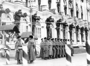 Смена караула у Екатерининского дворца во время парада полка.