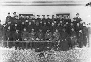 Группа офицеров , священник и вопитанники батальона .