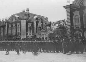 Командир полка генерал-майор свиты великий князь Дмитрий Константинович обходит строй солдат в день храмового праздника.