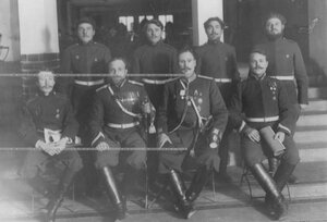 Группа служащих полковой канцелярии.