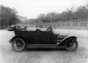 Открытый автомобиль, принадлежащий императорской фамилии, около Александринского театра.