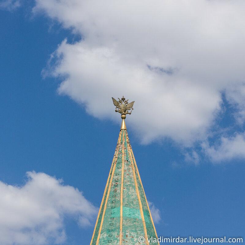 Коломенское. Двуглавый орёл, как символ царской власти в завершении шатра Передних ворот. Фокусное 55 мм.
