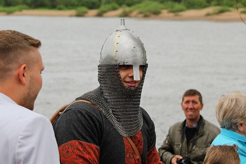 доспехи 11 века на реконструкторе: шлем с кольчужной защитой