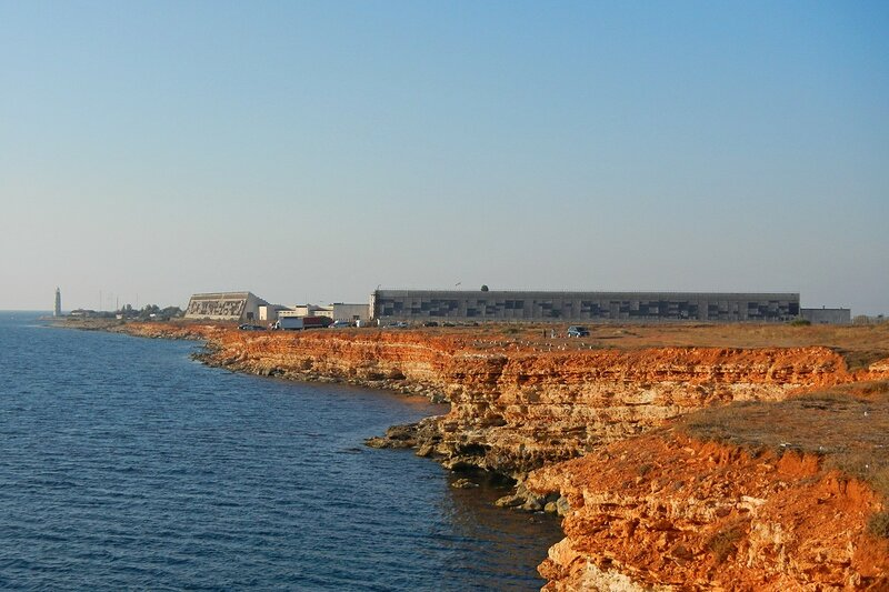Обрывистый морской берег и РЛС Днепр недалеко от Севастополя в Казачьей бухте