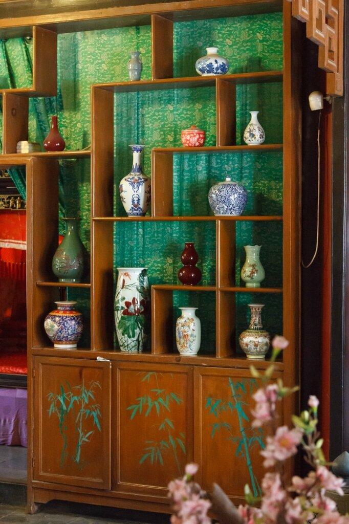 Шкаф-стеллаж с вазами, китайский интерьер, китайская мебель