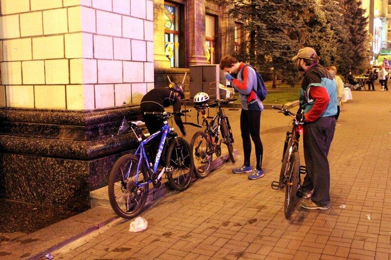 Организаторы неонового велопробега прибыли на место сбора