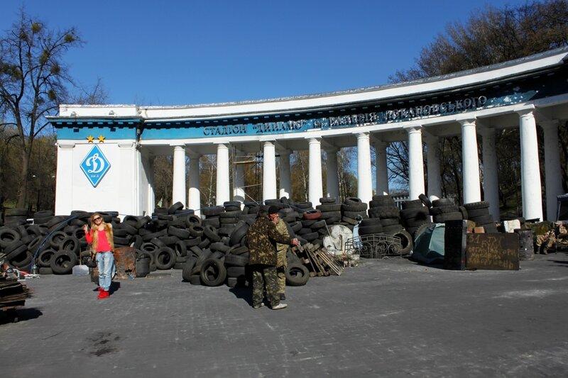 Фото на фоне баррикад