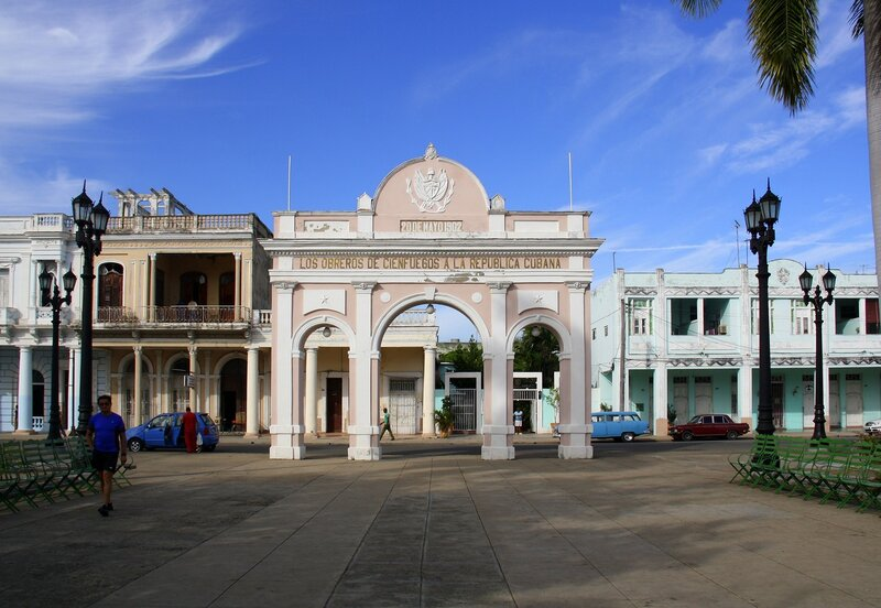 Арка на главной площади Сьенфуэгоса