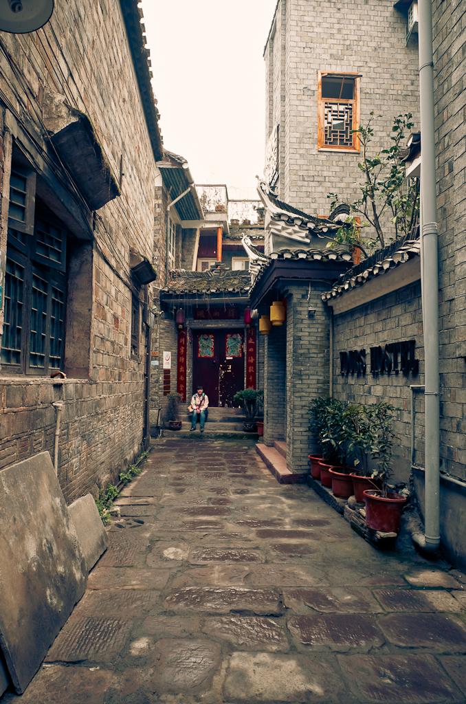 2. Сделали фотографию ворот, чтобы не забыть, как вернуться обратно. В сказке про Конька-Горбунка и Жар-Птицу (Fenghuang по-китайски), главный герой помечал ворота мелом...