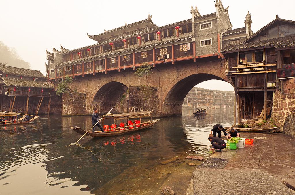 8. Мост Хунцяо (Hong Qiao) в городе Фэнхуан по утру. Отзывы туристов о поездке в Китай самостоятельно.