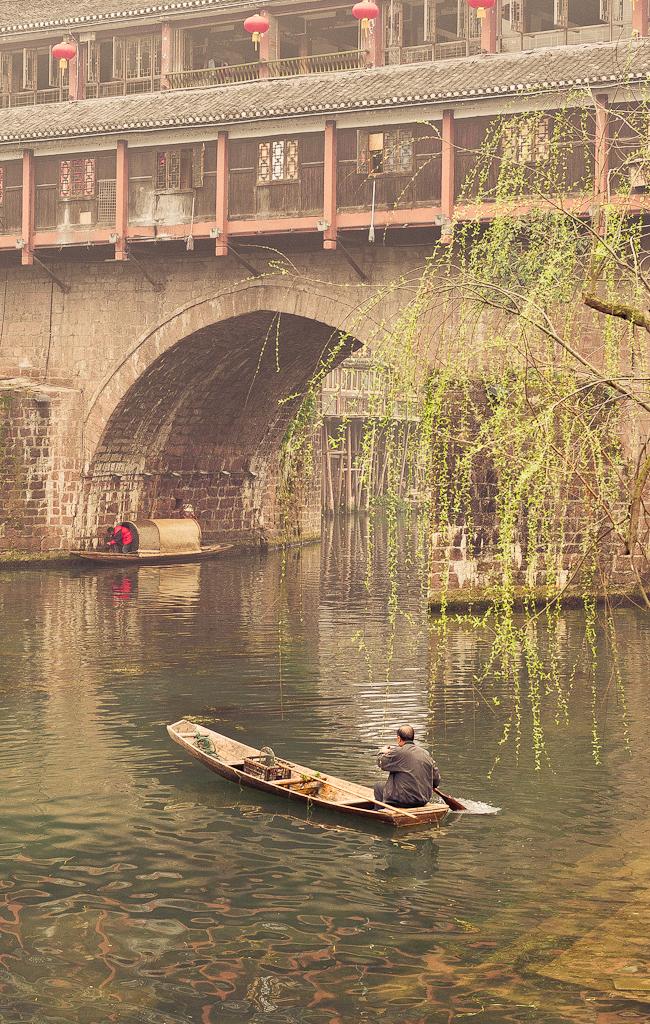 11. Молча на воду спускает лодку ветхую рыбак