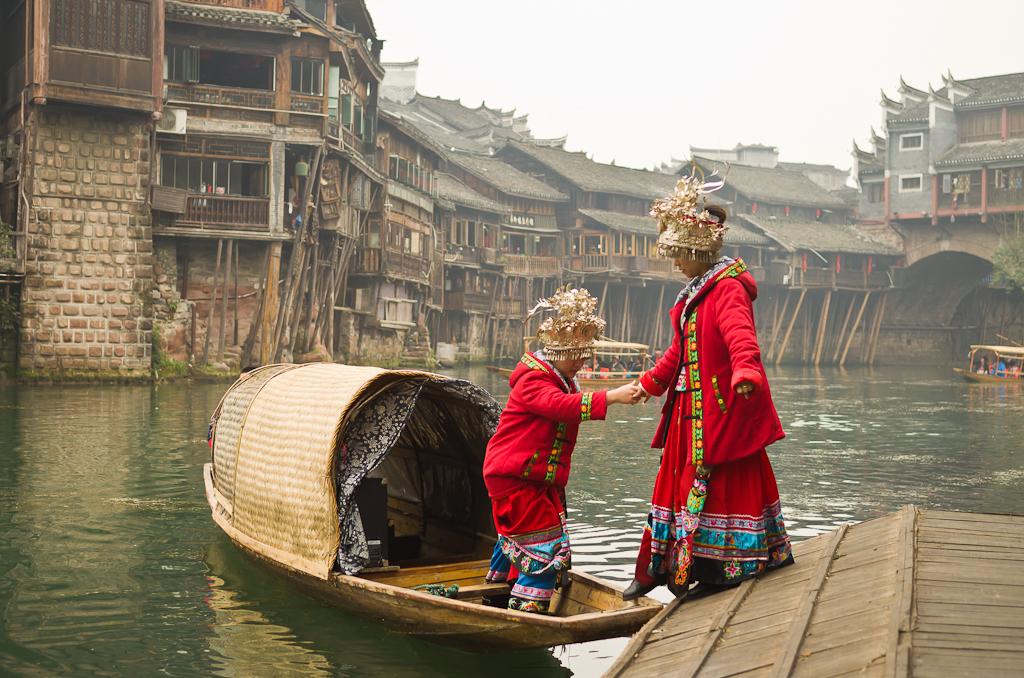 14. Подружки... Именно они поют те красивые песни, что мы можем послушать на видео. Отзывы туристов о поездке в Фэнхуан из Чжанцзяцзе. Исследуем Сянси-Туцзя-Мяоский автономный округ Китая.