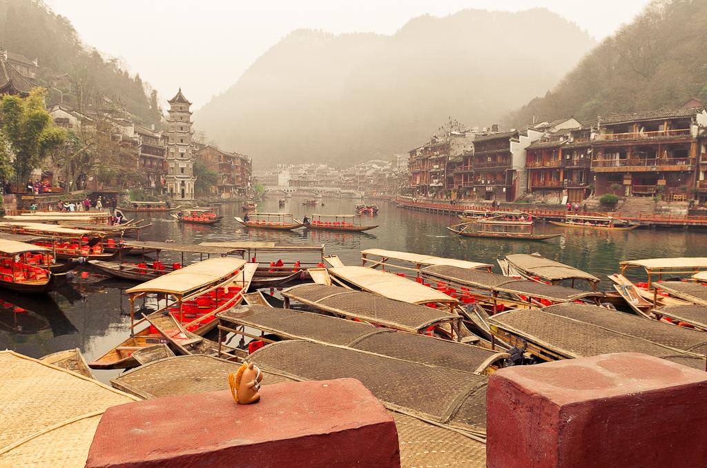 Наш путешественник добрался в древний город Фенхуан (Fenghuang Ancient City, 凤凰县). Отзыв о поездке в Китай дикарями.