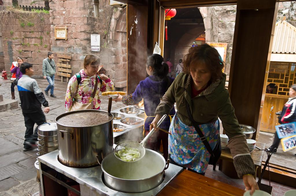 1. Собираемся позавтракать в уличном кафе в городе Фэнхуан. Чем питаются туристы во время путешествия по Китаю.