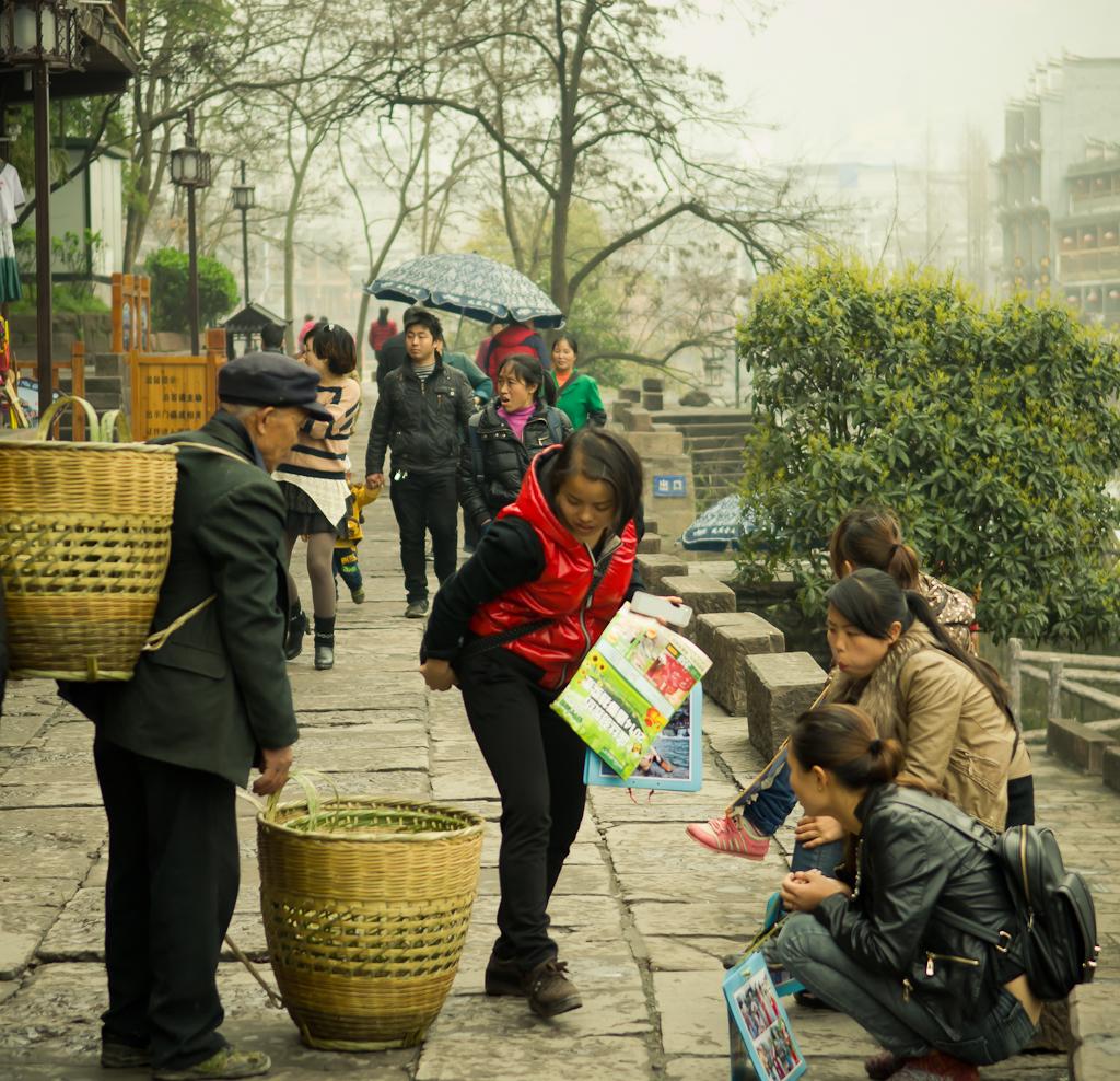 13. Продавец корзин в Фенхуане. Поездка в Китай из Екатеринбурга на отдых.